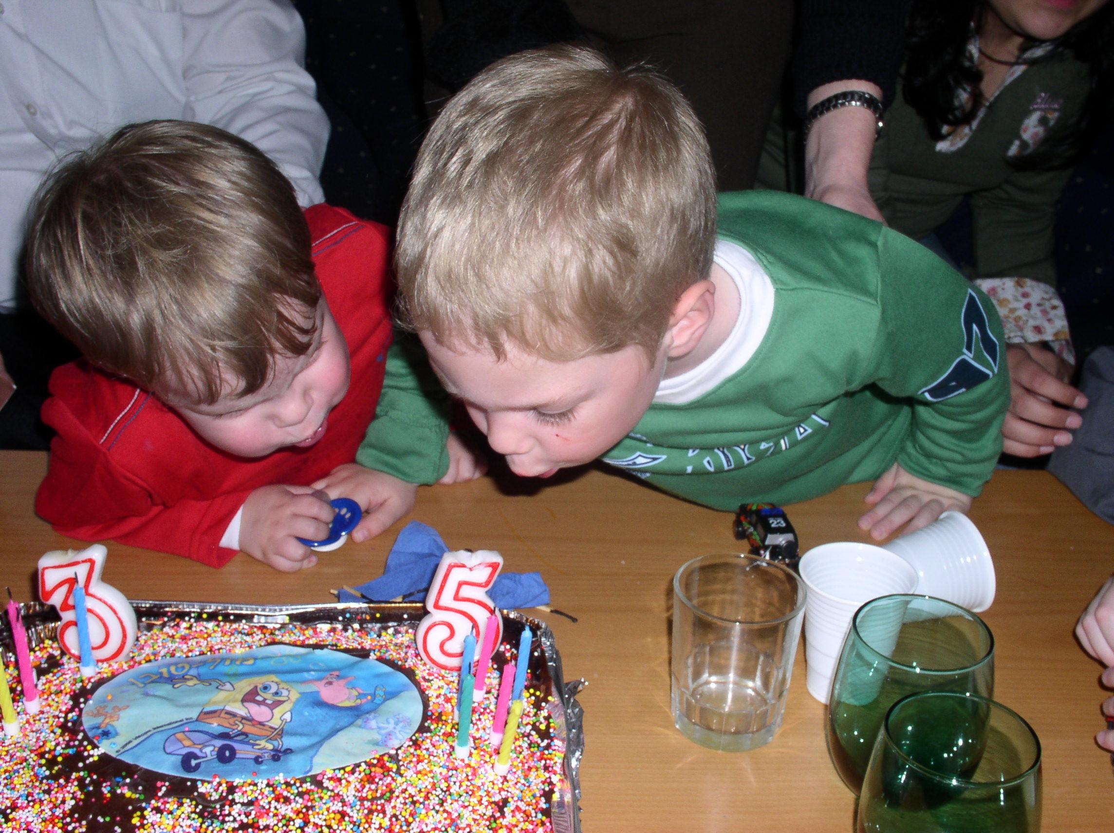 דור ועדי מכבים את הנרות בעוגה